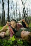 Freundinnen im Wald Stockfotos