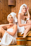 Freundinnen im Wellnessbadekurort Saunainfusion genießend Stockfoto