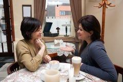Freundinnen 40 Jahre in einem Café Stockbild