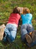 Freundinnen lasen das Buch, das sich hinlegt lizenzfreie stockfotografie