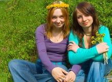Freundinnen mit Blumen stockfotos