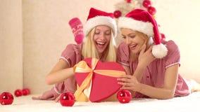 Freundinnen mit Geschenkgefühlen Neu sehnen sich Geschenke und Vorbereitungsgeschenk Frohe Weihnachten und guten Rutsch ins Neue  stock footage