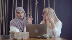 Freundinnen mit Laptop in einem Cafégeschäft stock video footage