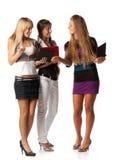 Freundinnen mit Laptopen Stockfoto