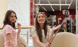 Freundinnen mit Smartphone und selfie Stock Stockfotografie