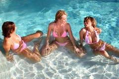 Freundinnen am Pool Lizenzfreie Stockbilder