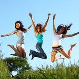 Freundinnen springen stockbild