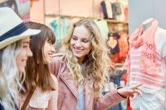 Freundinnen vor einer Boutique stockfotos