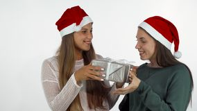 Freundinnen, welche die Weihnachtsgeschenke, neues Jahr feiernd austauschen lizenzfreies stockfoto