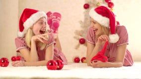 Freundinvorbereitung zur Partei des neuen Jahres Mädchen-Freundschaft Geschenke des neuen Jahres und Vorbereitungsgeschenk stock video