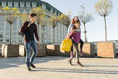 Freundjugendlichstudenten mit Schulrucksäcken, Spaß auf dem Weg von der Schule habend stockbilder