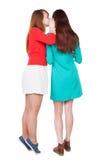 Freundklatschen mit zwei jungen Frauen Lizenzfreie Stockfotos