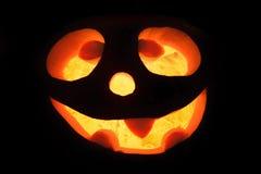 Freundlich geschnitzter Kürbis für Halloween als Laterne mit Licht lizenzfreie stockfotografie