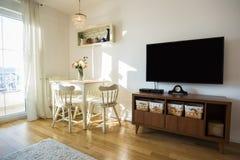 Freundlich verziertes Wohnzimmer Speisetisch und einige Stühle stockfoto