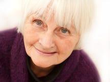 Freundliche ältere fällige Frau auf weißem Hintergrund lizenzfreie stockfotos