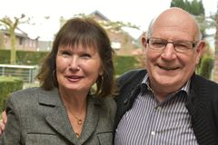 Freundliche ältere Paare, die herzlich lachen stockfotografie