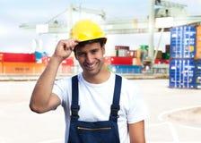Freundliche Arbeitskraft auf einem Seehafen Stockfoto