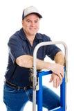 Freundliche Arbeitskraft mit Transportwagen lizenzfreie stockfotos
