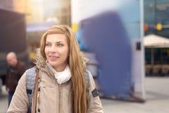Freundliche attraktive blonde Frau auf Wintermode Stockfotografie
