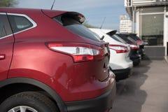 Freundliche Autos werden in Folge geparkt Lizenzfreies Stockbild