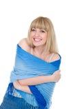 Freundliche blonde Wunde mit einem blauen Schal Lizenzfreies Stockbild