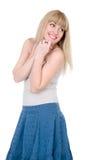 Freundliche Blondine mit einer Hand auf einem Kinn Stockfotografie
