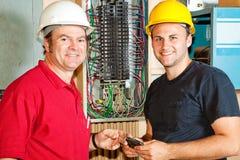 Freundliche Elektriker bei der Arbeit Stockfotos