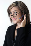 Freundliche Empfangsdame/Kundenkontaktcenter in den Gläsern Stockfotografie