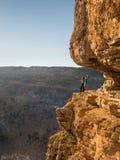 Freundliche Familie, die auf einem Felsen steht Lizenzfreies Stockfoto