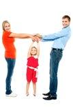 Freundliche Familie, die Spaß zuhause hat Lizenzfreie Stockbilder