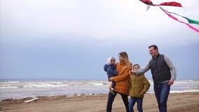 Freundliche Familie geht auf den Strand auf einer Ehemann- und Frauliebe des freien Tages stock video footage