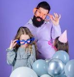 Freundliche Familie lustige Parteizusätze tragen Dieses ist Datei des Formats EPS10 Töchter benötigen Vater interessierten aktiv  lizenzfreies stockfoto