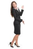 Freundliche Frau, die Exemplarplatz darstellt und zeigt Lizenzfreie Stockfotos