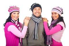 Freundliche Freunde in den woolen Schutzkappen und in den Schals lizenzfreie stockfotografie