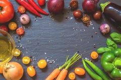 Freundliche Gemüseplatte des strengen Vegetariers mit Gewürzen und Öl lizenzfreie stockfotografie