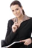 Freundliche Geschäftsfrauholdingfeder Stockfoto