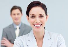 Freundliche Geschäftsleute, die in einer Reihe stehen stockfotos