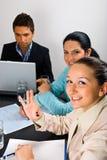 Freundliche Geschäftsfrau, die o.k. bei der Sitzung darstellt Lizenzfreie Stockbilder