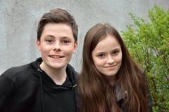 Freundliche Geschwister, beide mit vielen Sommersprossen lizenzfreie stockbilder