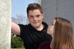 Freundliche Geschwister, beide mit vielen Sommersprossen lizenzfreie stockfotografie