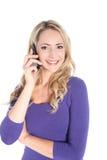 Freundliche junge blonde Frau mit Handy Lizenzfreie Stockbilder