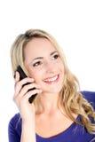 Freundliche junge blonde Frau mit Handy Stockfoto