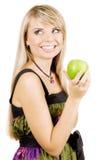 Freundliche junge Frau, die einen frischen Apfel anhält Stockbilder