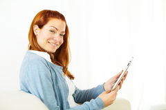 Freundliche junge Frau, die an Tablette PC arbeitet Lizenzfreie Stockbilder