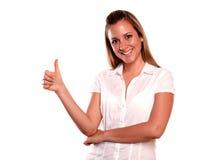 Freundliche junge Frau mit einer gewinnenden Fluglage Lizenzfreie Stockbilder