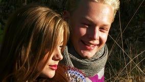 Freundliche junge Paare stock video