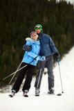 Freundliche junge Paare auf Skis stockfoto
