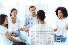 Freundliche Kollegen, die psychologische Therapie haben Lizenzfreies Stockfoto