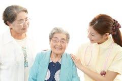 Freundliche Krankenschwester mit älteren Frauen lizenzfreie stockfotos