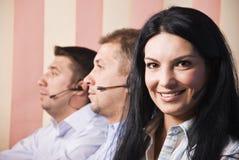 Freundliche Kundendienstfrau mit Team Lizenzfreies Stockfoto